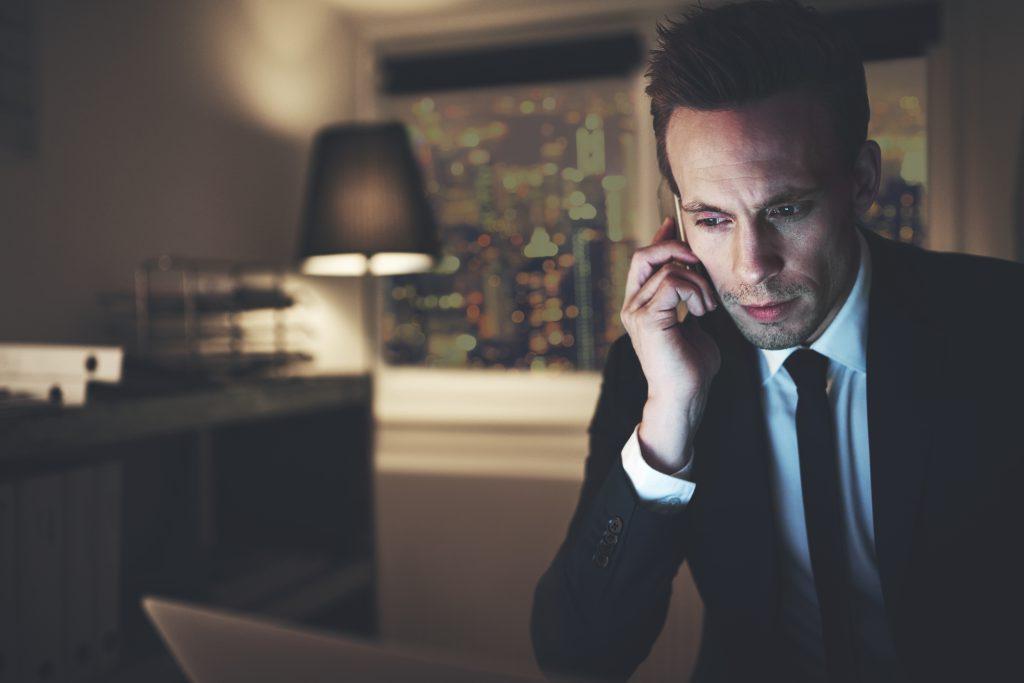 Instrução Normativa CVM 588: investidor ao telefone